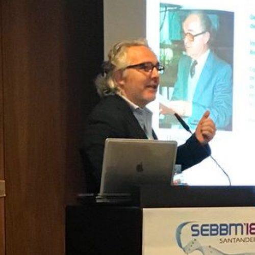 El Dr. Luis Larrondo (Pontificia Universidad Católica de Chile) imparte la conferencia plenaria Niemeyer en el XLI Congreso SEBBM Santander 2018