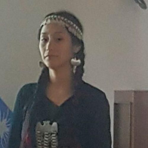 Con su atuendo mapuche, alumna Francisca Hidalgo Piutrin da su examen de grado de la carrera de Química