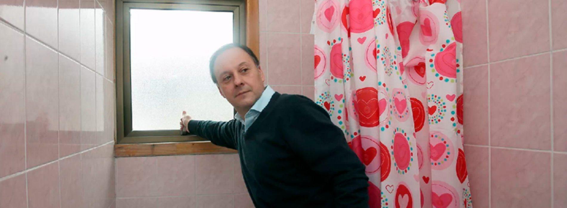 Experto en microbios construyó todos los baños de su casa con vetana al norponiente